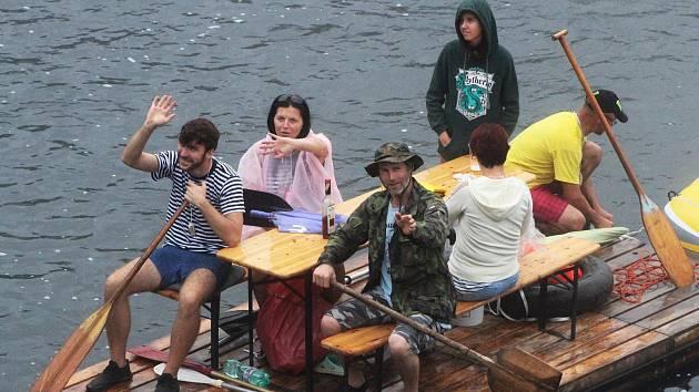 Déšť ani mlha neodradily na dvě desítky netradičních plavidel, aby se vydaly na tradiční žateckou neckyádu.