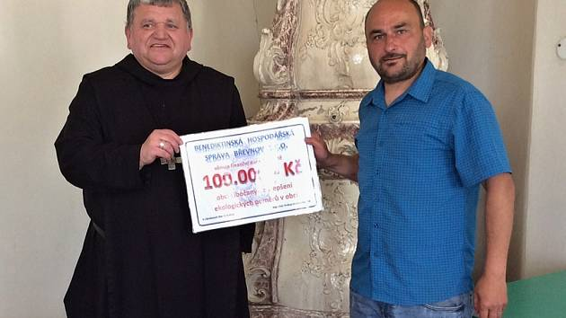 Starosta Ivan Teuber převzal šek od opata Petra Prokopa Siostrzonka.