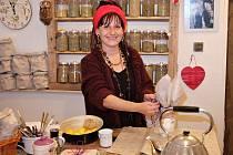 """""""Bylinky miluji, je to můj velký koníček,"""" říká Jitka Kasalová ve svém podniku."""