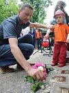Lidé vzdávali u čerstvě zasazených kamenů čest památce zavražděných