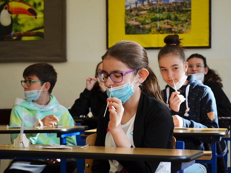 Letos poprvé mohli 10. května do školy také žáci druhých stupňů základních škol. V žatecké ZŠ Jižní byly děti rády, že po několika měsících ve třídě potkají své kamarády.