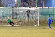 FK Litoměřicko B (v modrém) - FK Slavoj Žatec (žlutí) 4:5 po penaltovém rozstřelu.