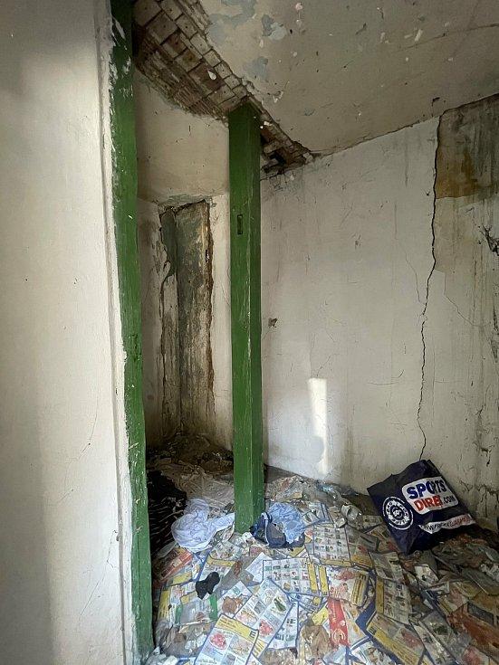 Bývalý prodejní stánek v ulici Nádražní schody čeká oprava, chystá ji majitel této nejmenší památky v Žatci Daniel Černý.