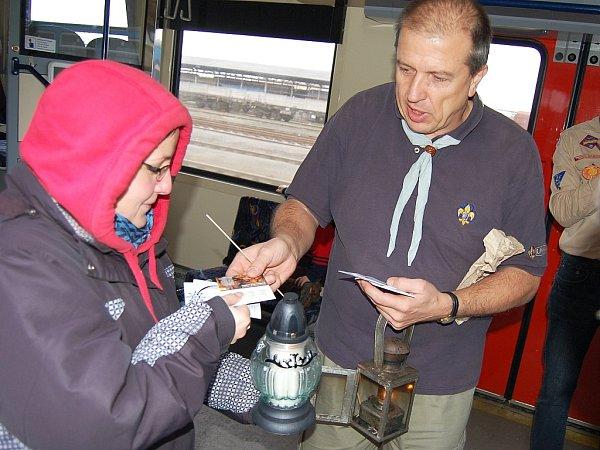 Kurýr Zdeněk Svišťa Zeman na archivním snímku při předávání Betlémského světla na hlavním vlakovém nádraží vLounech