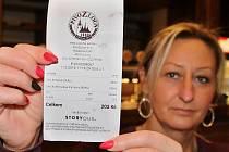Táňa Zikmundová ukazuje v pivovarské restauraci Na Letňáku v Lounech účtenku s údaji pro EET. Jde o alfanumerický kód na samotném konci lístku.