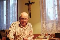 Farář Ivo Šimůnek ve své pracovně