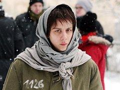 Aneta Langerová v roli vězněné ruské spisovatelky při únorovém  natáčení v zimních kulisách na Děčínsku.