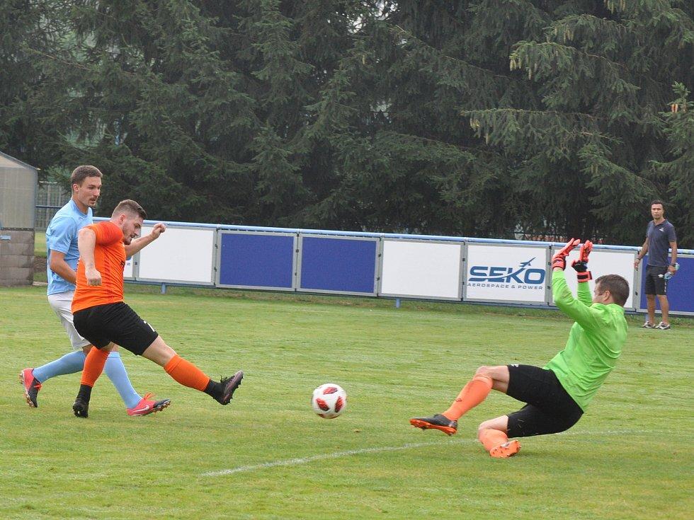 Generálka před startem divize se fotbalistům Loun (v oranžovém) příliš nepovedla, když podlehli na domácím hřišti Kadani.