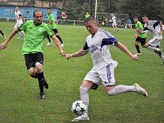 Divizní utkání Loun (v bílém) ve Velvarech bylo po prvním poločase kvůli počasí ukončeno.
