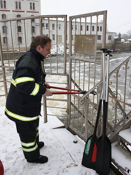 Zámek u vstupní branky, ke kterému chybí klíče, není pro hasiče žádný problém