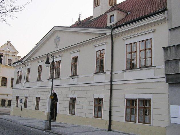 Budova bývalého lounského soudu se má stát knihovnou.