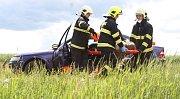 Hasiči ukázali, jak se vyprošťují osoby z havarovaného vozu