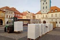 Před žateckou radnici dorazil ve středu 7. prosince první kamion s částmi mobilního kluziště, které koupila tamní Technická správa města.