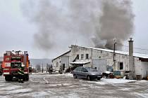 Požár střechy hospodářského objektu v Holedečku