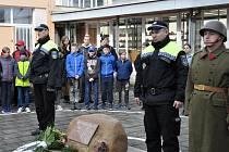 Vzpomínka na kapitána Otakara Jaroše v lounské základní škole, která nese jeho jméno
