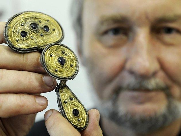Kurátor výstavy Petr Holodňák ukazuje štítkovou sponu z doby římské pocházející z období kolem roku 300 našeho letopočtu