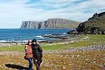 Michal a Eva na výběžku Knivskjellodden. Za nimi útes Nordkappu