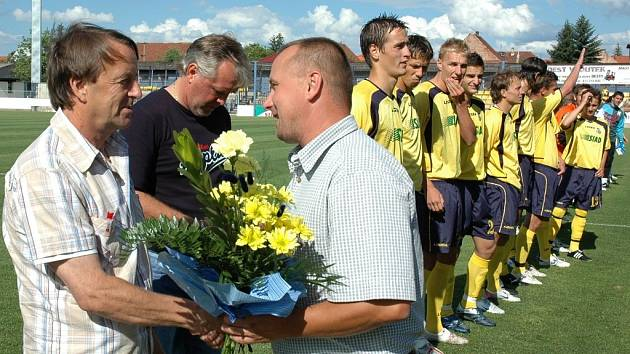 Předseda představenstva Robert Janek (vlevo) děkuje Přemyslu Bičovskému.