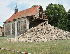 Kostel v Lenešicích krátce po zřícení části věže v červenci 2008. Nyní už je v podstatně lepším stavu, přesto lidé mohou dál hlasovat a pomoci k jeho obnově.