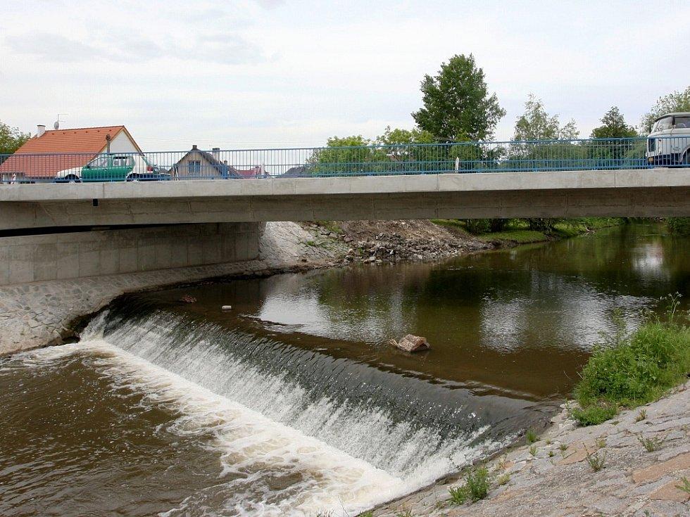 V Libočanech u Žatce se po téměř roce dokončuje výstavba nového mostu přes řeku Liboc na silnici vedoucí ve směru od Žatece na  Kadaň.