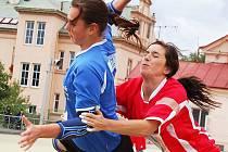 Utkání národních házenkářek Žatce (v červeném) proti Hlinsku