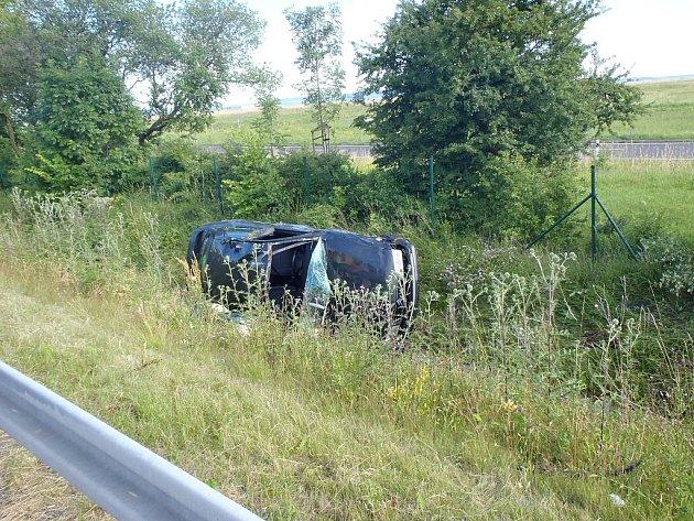 Nehoda osobního vozu u průmyslové zóny Triangle na Žatecku