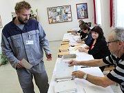 Odsouzený Jakub Šafranko hlasuje ve věznici v Novém Sedle.