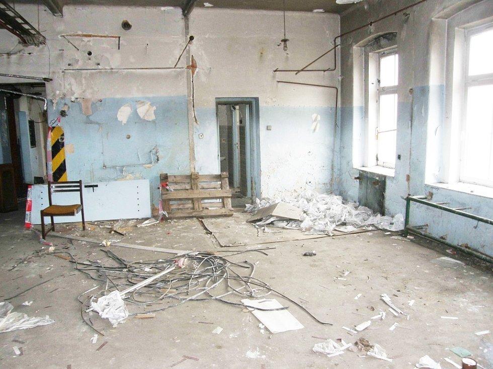 Současný stav budovy bývalých papíren v Žatci, kde mají vzniknout nové depozitáře muzea, je neutěšený.