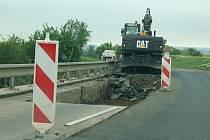 Oprava silnice u Staňkovic. Ilustrační foto.