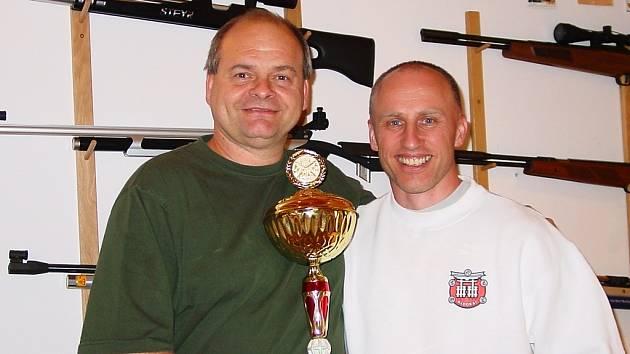 Žatecký střelec Miroslav Varga (vlevo) se svým spolupracovníkem Richardem Jislem
