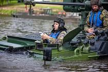 Vojáci žatecké 4. brigády rychlého nasazení se s pandury plavili přes vodu