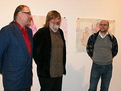 Tomáše Císařovského (uprostřed) a jeho díla představil historik umění Martin Dostál. Vlevo ředitel galerie Vladimír Drápal