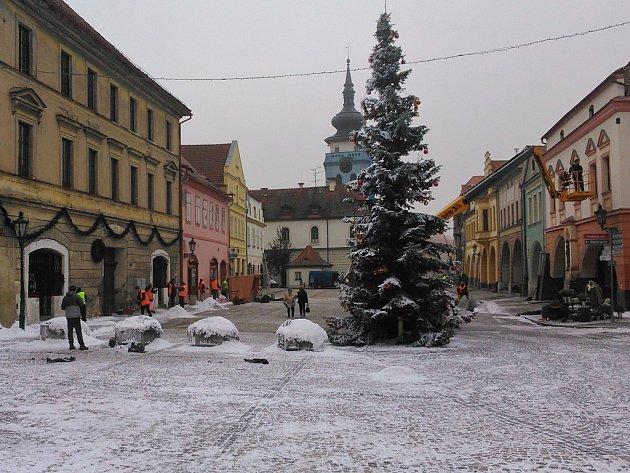 Zimní kulisy na Hošťálkově náměstí v Žatci