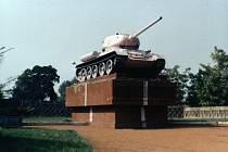 Památník s tankem v Podměstí. V srpnu 1990 jej recesisté přemalovali narůžovo, na podzim 1990 se z podstavce odvezl.
