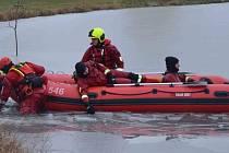 Hasiči měli cvičení na rybníku, v akci byl nafukovací člun.