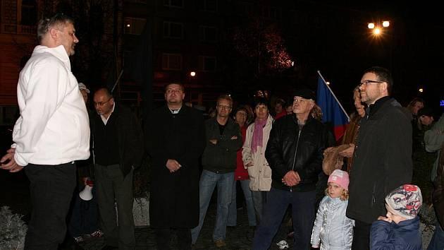Petr Srkal (v bílém) řeční k přítomným. Zcela vpravo přihlíží starosta Jan Kerner s rodinou