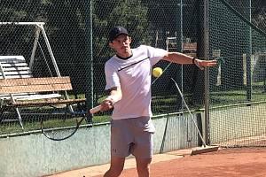 MAREK HAVLÍČEK má teprve 16 let, předvádí ale vynikající tenis. Lounský rodák, nyní hájící barvy Mostu, o tom ve svém rodném městě všechny přítomné přesvědčil.