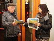 Zájemci si mohli zdarma vzít speciální přílohu Deníku s texty zpívaných koled
