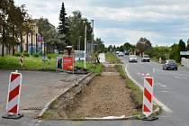 Rozsáhlá rekonstrukce chodníků v Postoloprtské ulici v Lounech stále pokračuje.