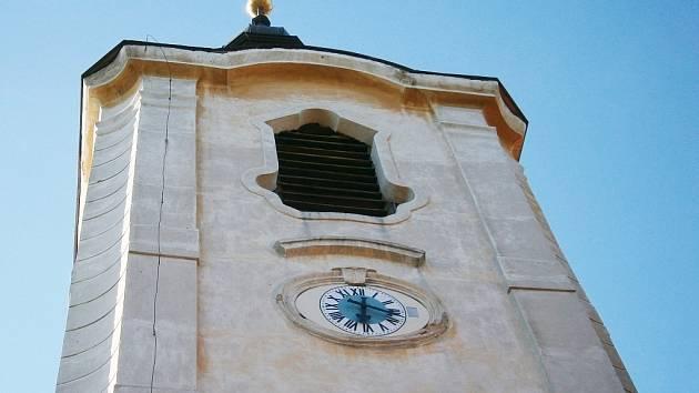 Na věži kostela v Liběšicích fungují opět hodiny.