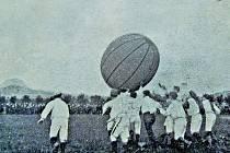 Zápas s velemíčem, který v roce 1910 skončil v Lounech 0:0. Tentokrát se podíváme na spolkový život v tomto městě na Ohři.