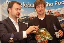Místostarosta Žatce Jan Novotný (vlevo) a obchodní ředitel Žateckého pivovaru Radek Vincík křtí knihu pivem.