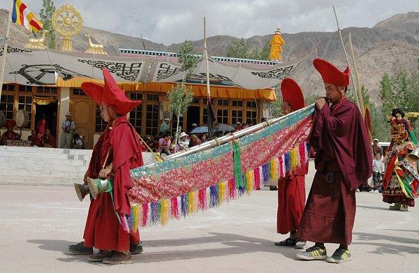 Mniši při obřadu vjednom zbuddhistických chrámů vseveroindické oblasti Ladakh