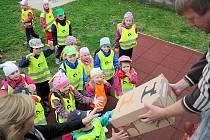 Děti dostávají dárky na stadionu Mládí.