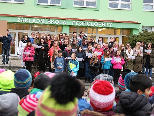 Před postoloprtskou školou si zazpívali všichni současní žáci a dokonce iněkteří absolventi