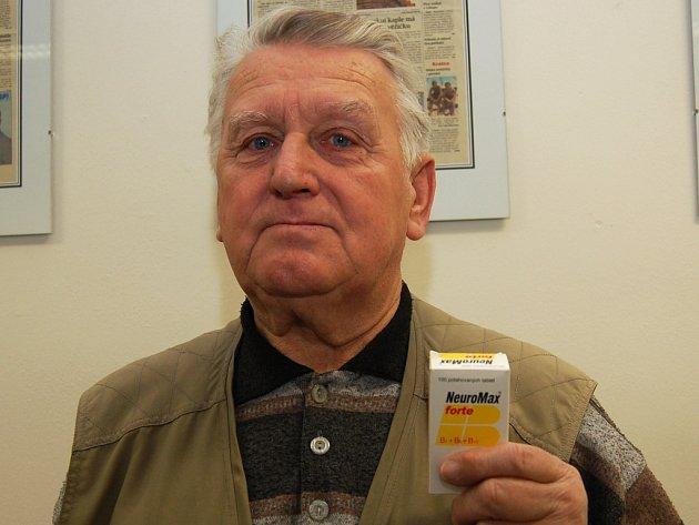 Jiří Kalabus ukazuje poškozenou krabičku od léků, které si koupil.
