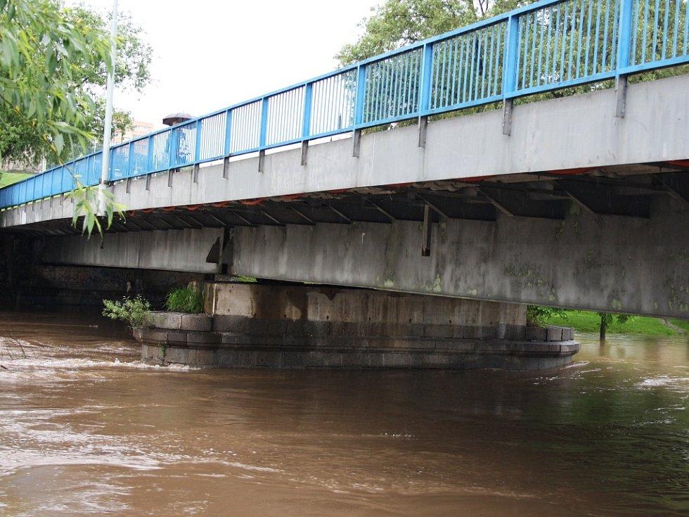 Rozvodněná Ohře v Lounech 4. 6. 2013. Most Veslařů