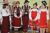 S tradičními písněmi, tanci a v krojích vystoupila skupina Džerelo (česky Pramen nebo Zřídlo).