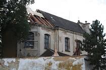 Na kostele sv. Jana Křtitele ve Vroutku probíhá oprava části střechy.