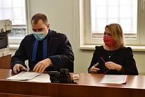 Zdeňka Hamousová se svým obhájcem Martinem Kolářem u soudu v Lounech